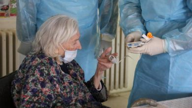 Photo of Rusia afirma que la vacuna Sputnik V no produce reacciones adversas en adultos mayores